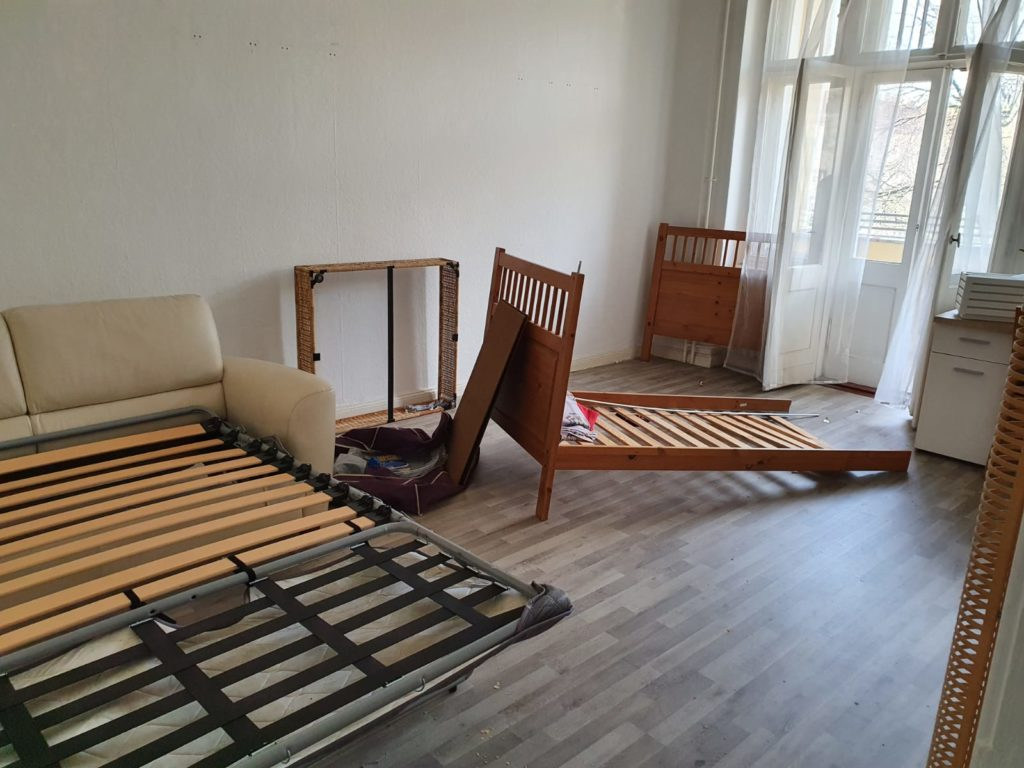Wohnung mit Sperrmüll, bereit zur Räumung und Abholung durch Harb Entsorgung in Berlin