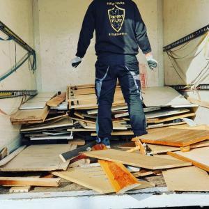 Sperrmüllabholung von Harb Entsorgungsmitarbeitern in einem LKW-Transporter in Berlin