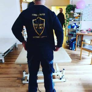 Mitarbeiter von Harb Entsorgung bewegen und transportieren Möbel in Berlin