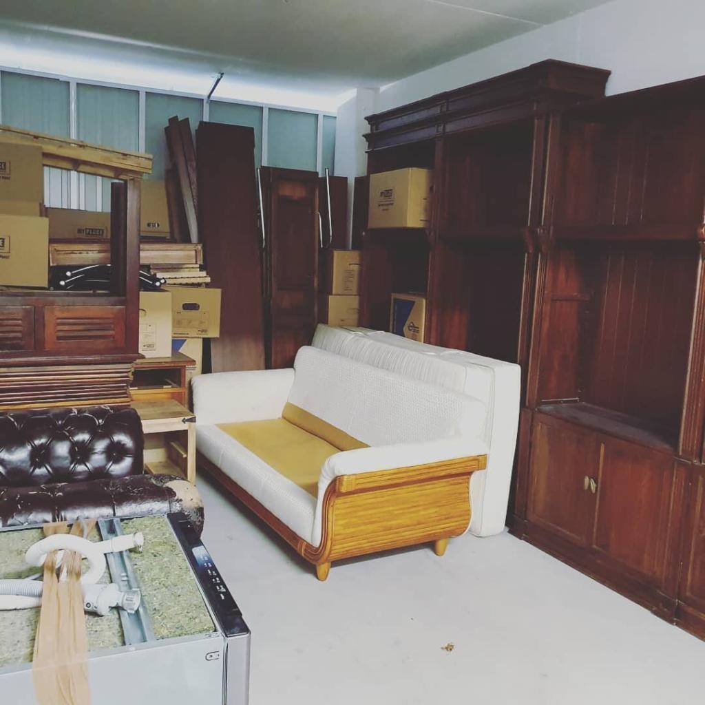 Alte Möbel, die als Sperrmüll entsorgt werde. Darunter Schränke, Couches, Kommoden, Vitrinen, Tische.