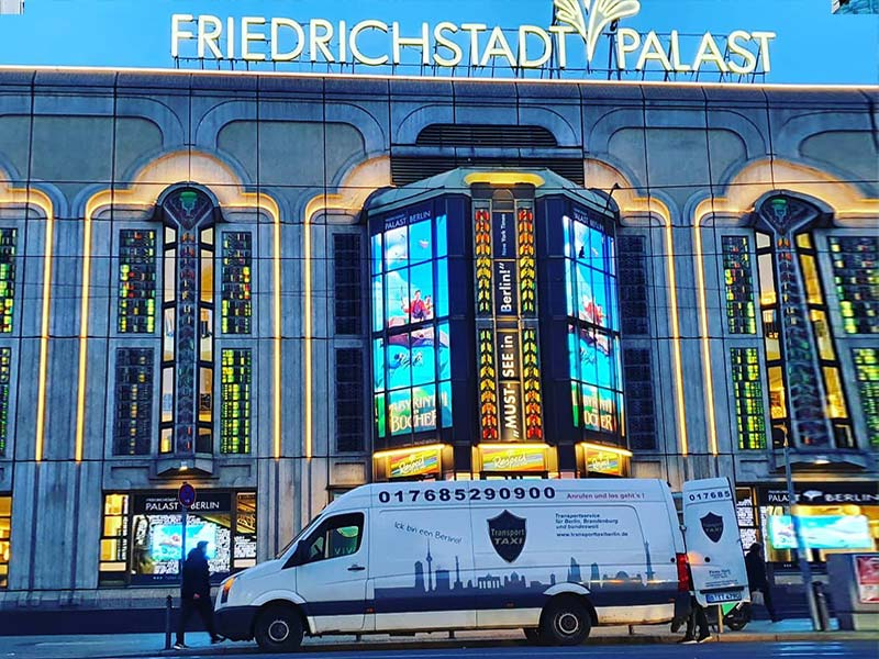 Transport und Kurierlieferung durch einen Transporter der Firma Harb an den Friedrichstradtpalast