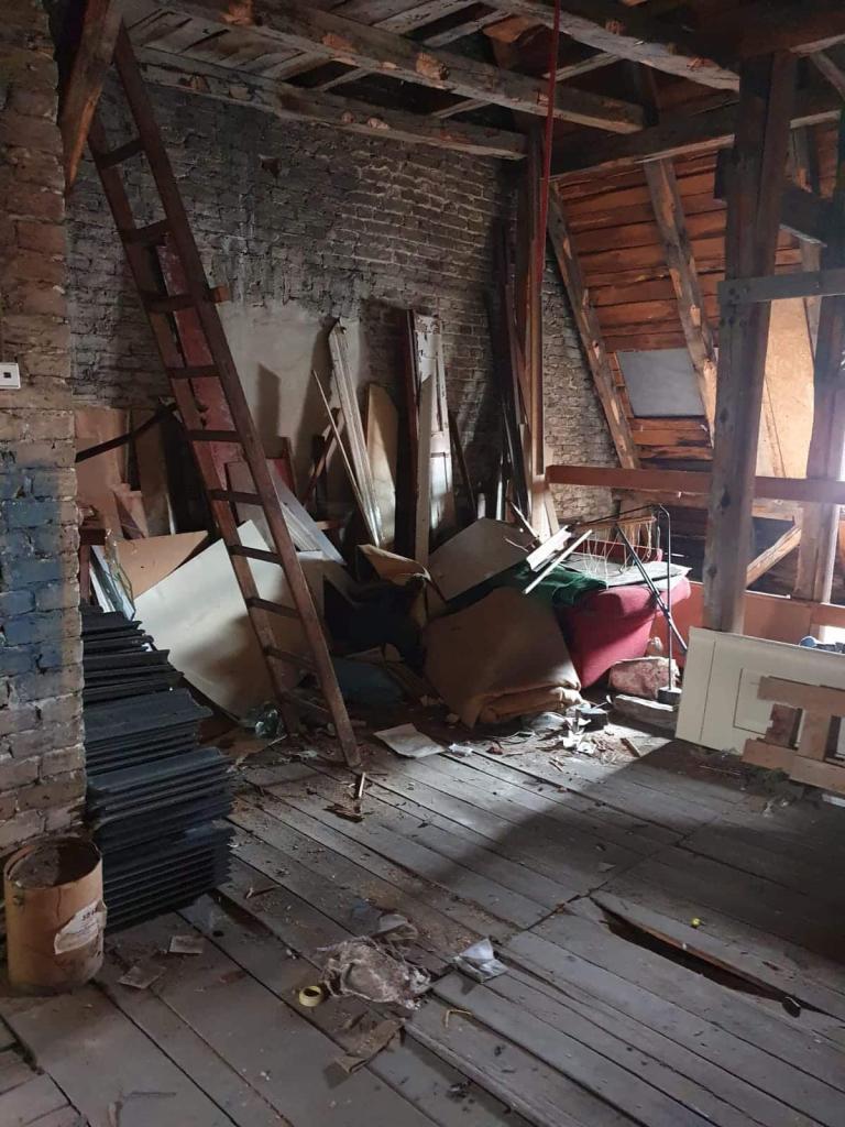 Vollgestellter Dachboden mit Sperrmüll und Sondermüll vor einer Dachbodenentrümpelung