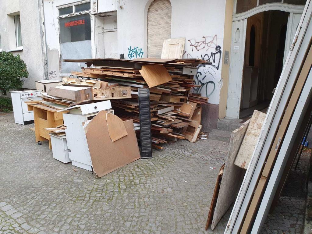 Gestapelte Abfälle vor einem Haus in Berlin bereit zu Sperrmüllentsorgung