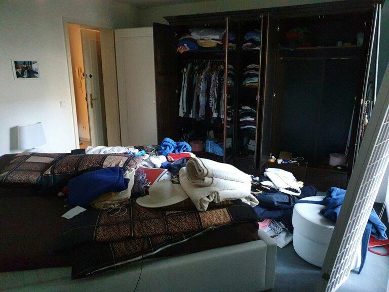 Schlafzimmer mit vollen Kleiderschränken in Berlin-Charlottenburg welche im Rahmen einer Haushaltsauflösung geräumt und entrümpelt wird