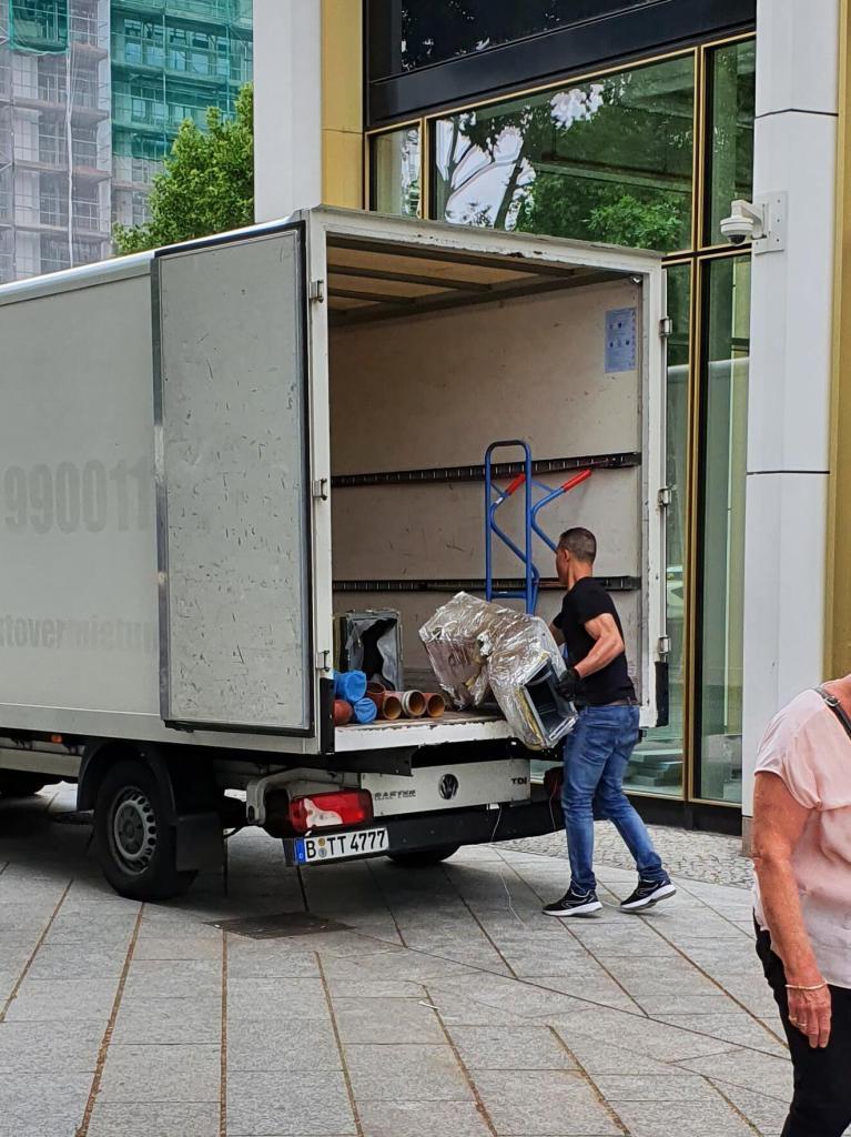 Ein Transporter in Berlin Charlottenburg-Wilmersdorf, den die Entrümpelungsfirma zur Bauschuttentsorgung nutzt
