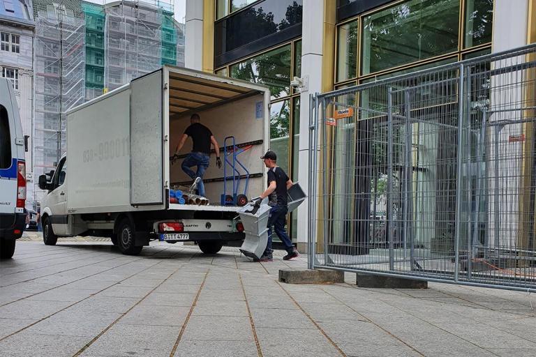 Transporter, der bei einer Bauschuttabholung und Bauschuttentsorgung in Berlin Charlottenburg-Wilmersdorf vollgeladen wird
