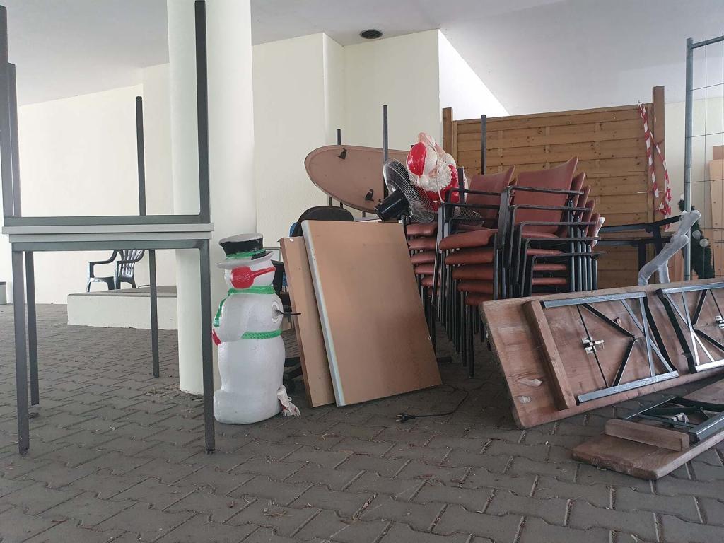 Tische, Schränke, Stühle als Sperrmüll auf einer Straße in Berlin Zehlendorf bereit zur Sperrmüllentsorgung