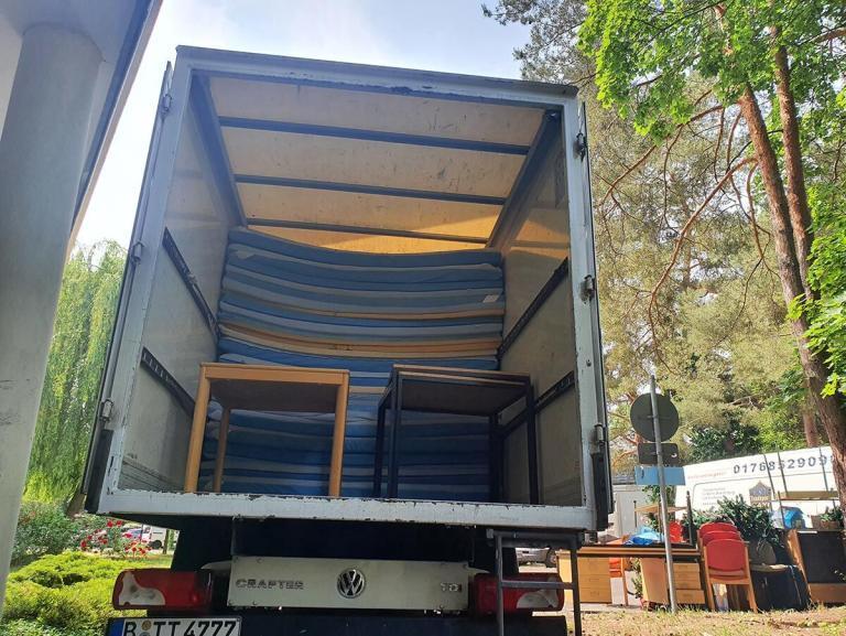 Ein Transporter halbvoll mit alten Matratzen und Sperrmüll in Berlin Zehlendorf bereit zur Sperrmüllentsorgung